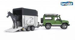 Land Rover Defender Station Wagon hevoskuljetusvaunulla ja hevon